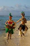 Giovani coppie polinesiane dei ballerini di Tahitian dell'isola del Pacifico Fotografia Stock Libera da Diritti