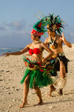 Giovani coppie polinesiane dei ballerini di Tahitian dell'isola del Pacifico Fotografie Stock Libere da Diritti