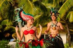 Giovani coppie polinesiane dei ballerini di Tahitian dell'isola del Pacifico Immagini Stock