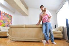 Giovani coppie rilassate che guardano TV a casa Immagine Stock