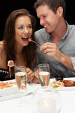 Giovani coppie in ristorante immagini stock libere da diritti