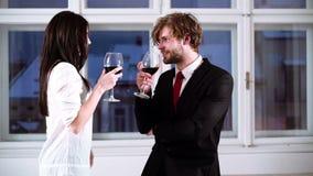 Giovani coppie romantiche che celebrano con i vetri di vino rosso Coppie romantiche che bevono vino rosso Belle giovani coppie stock footage