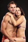 Giovani coppie romantiche che esaminano la macchina fotografica Immagine Stock