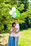 Giovani coppie romantiche con i palloni variopinti all'aperto immagini stock libere da diritti