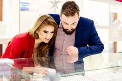 Giovani coppie romantiche felici in anello d'acquisto di amore Fotografie Stock