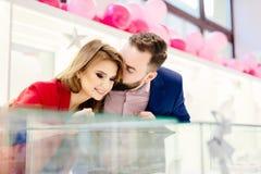 Giovani coppie romantiche felici in anello d'acquisto di amore Immagine Stock Libera da Diritti