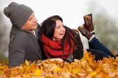 Giovani coppie romantiche nell'amore che si distende all'aperto Fotografia Stock