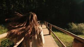 Giovani coppie romantiche nell'amore in vestiti ricamati tradizionali che camminano nella foresta e nel godere carpatici maestosi video d archivio