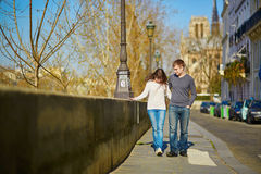 Giovani coppie romantiche a Parigi Fotografia Stock