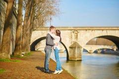 Giovani coppie romantiche a Parigi immagine stock libera da diritti
