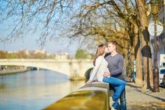 Giovani coppie romantiche a Parigi immagini stock libere da diritti