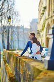 Giovani coppie romantiche a Parigi fotografia stock libera da diritti