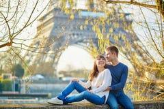 Giovani coppie romantiche a Parigi vicino alla torre Eiffel immagine stock