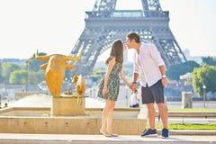 Giovani coppie romantiche a Parigi vicino alla torre Eiffel Fotografie Stock Libere da Diritti