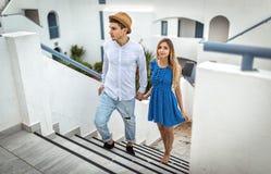 Giovani coppie in santorini Grecia di vacanze estive del ragazzo e dell'amica di amore all'aperto immagini stock