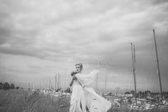 Giovani coppie sensuali che rendono ad amore sposa sensoriale in yacht club Fotografie Stock