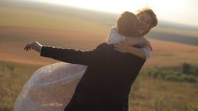 Giovani coppie sensuali nell'amore sui prati del fondo video d archivio
