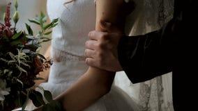 Giovani coppie sensuali nell'amore sul fondo della finestra archivi video