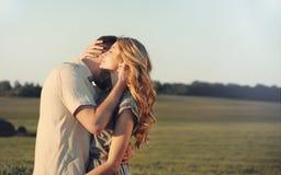 Giovani coppie sensuali sbalorditive nell'amore che abbraccia al tramonto Immagine Stock Libera da Diritti