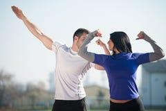 Giovani coppie sexy di forma fisica che posano nell'area del parco Immagine Stock Libera da Diritti