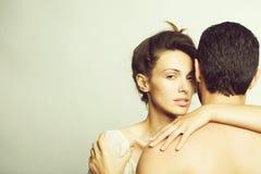 Giovani coppie sexy in studio fotografia stock