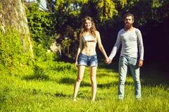 Giovani coppie sexy su erba verde fotografia stock libera da diritti