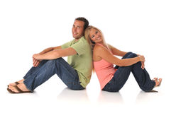 Giovani coppie sitted e sorridere Fotografia Stock Libera da Diritti
