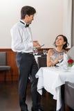 Giovani coppie sorridenti al ristorante fotografia stock