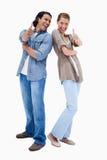 Giovani coppie sorridenti che danno i pollici su Fotografia Stock