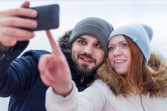 Giovani coppie sorridenti delle viandanti che prendono un selfie fotografia stock libera da diritti