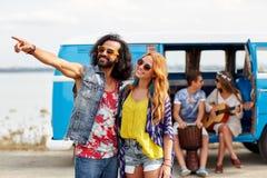 Giovani coppie sorridenti di hippy sopra l'automobile del furgoncino fotografie stock libere da diritti
