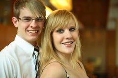 Giovani coppie sorridenti felici immagine stock