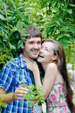 Giovani coppie sorridenti felici che abbracciano all'aperto Immagini Stock Libere da Diritti
