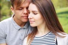 Giovani coppie sorridenti felici di hippy che abbracciano all'aperto immagini stock