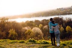 Giovani coppie sportive felici che dividono i momenti romantici Immagini Stock