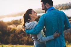 Giovani coppie sportive felici che dividono i momenti romantici Immagini Stock Libere da Diritti