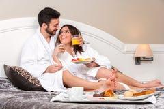 Giovani coppie su luna di miele nella camera di albergo fotografia stock
