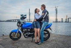 Giovani coppie su un motociclo fotografia stock libera da diritti