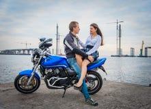 Giovani coppie su un motociclo immagine stock libera da diritti