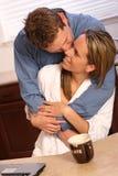 Giovani coppie su una cucina Fotografia Stock Libera da Diritti