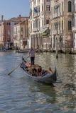 Giovani coppie su una gondola, Grand Canal, Venezia, Italia immagine stock libera da diritti
