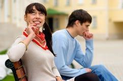 Giovani coppie sul banco Fotografia Stock