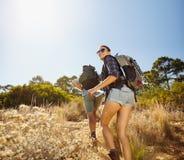 Giovani coppie sull'escursione del viaggio Fotografia Stock