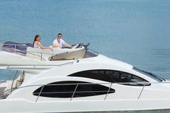 Giovani coppie sull'yacht Immagine Stock Libera da Diritti