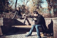 Giovani coppie sulla camminata di festa Fotografia Stock