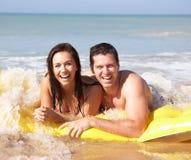 Giovani coppie sulla festa della spiaggia Immagini Stock Libere da Diritti