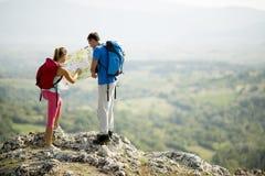 Giovani coppie sulla montagna Immagine Stock