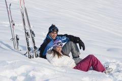 Giovani coppie sulla neve Fotografia Stock Libera da Diritti