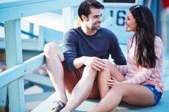 Giovani coppie sulla posta della spiaggia Fotografia Stock Libera da Diritti