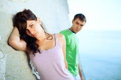 Giovani coppie sulla spiaggia Fotografia Stock Libera da Diritti